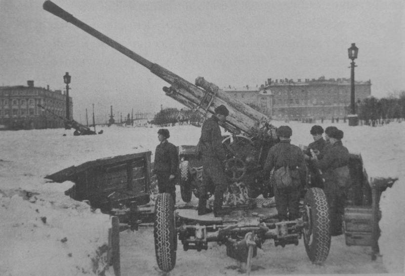 Расчет 85-мм зенитного орудия 52-К на площади Жертв Революции в Ленинграде. 1942 г.