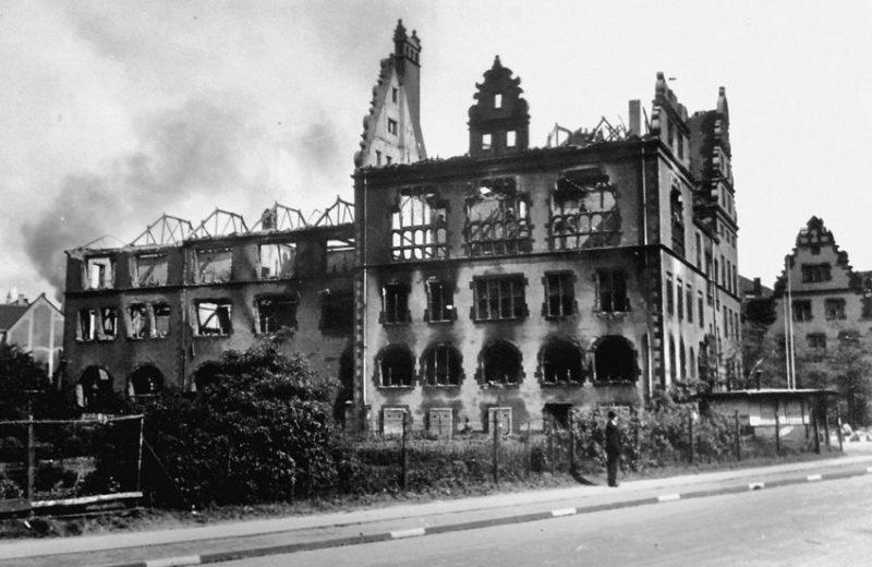 Город весной 1945 года.