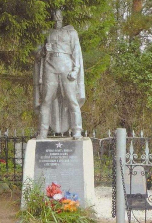 д. Нестерово Калининского р-на. Памятник, установленный на братской могиле советских воинов.