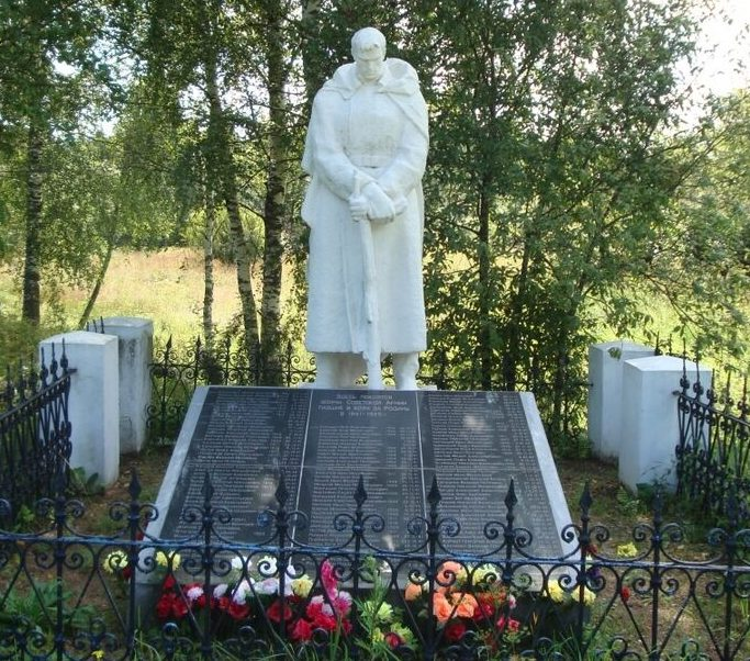 д. Загорье Торжокского р-на. Памятник, установленный на братской могиле советских воинов, погибших в годы войны.