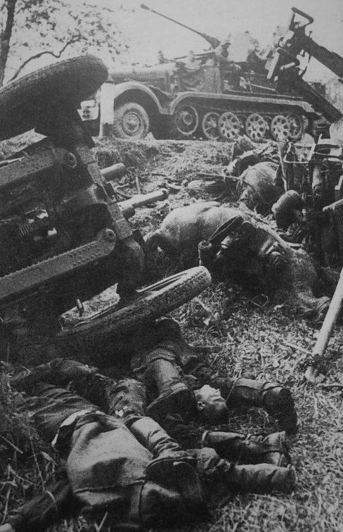 Погибшие артиллеристы у перевернувшейся 76-мм дивизионной пушки Ф-22. 1942 г.