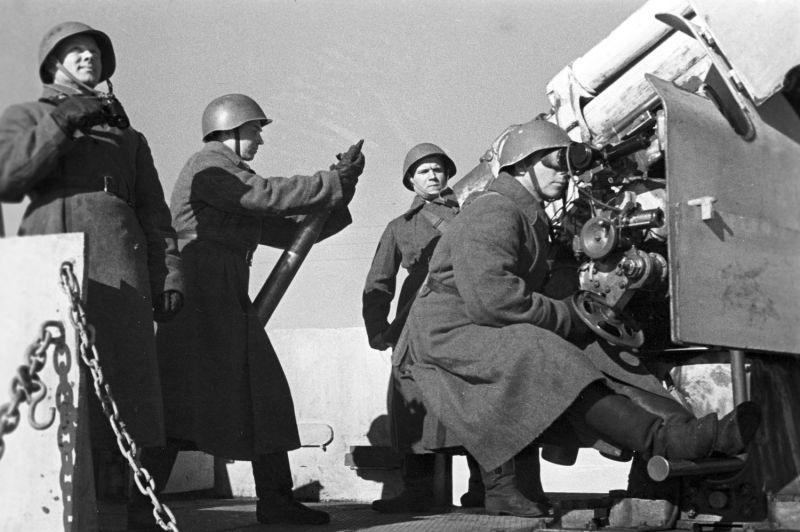 Расчет 76-мм зенитного орудия 3-К советского бронепоезда. 1942 г.