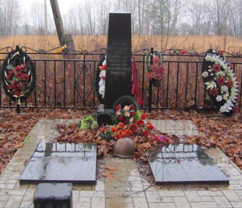 с. Обухово Калининского р-на. Памятник, установленный на братской могиле советских воинов.