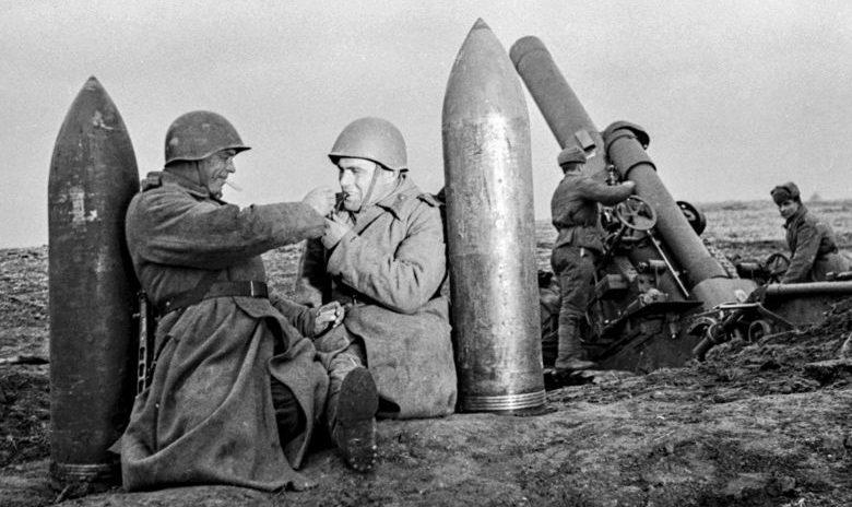 Расчет 280-мм мортиры образца 1939 года (Бр-5) у снарядов. 1942 г.