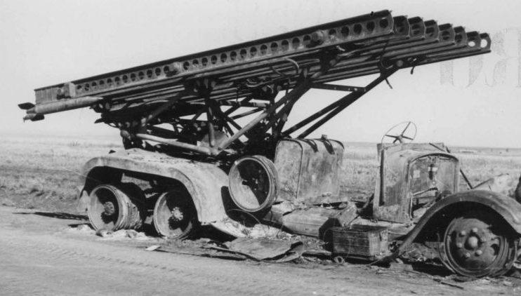 Сгоревший реактивный миномет БМ-13 «Катюша». Украина, 1942 г.