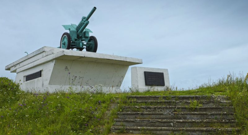 с. Орша Калининского р-на. Памятник-гаубица, установленная на берегу реки Волга в честь боевых действий воинов Калининского фронта в 1941-1942 г.
