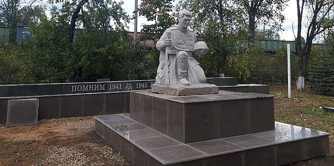 п. Мостовой Оленинского округа. Памятник, установленный на братской могиле, в которой похоронено 219 советских воинов.