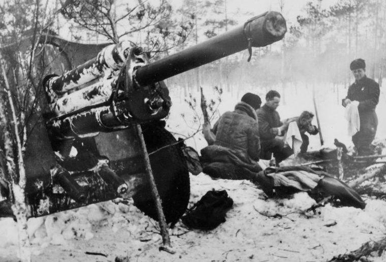 Расчет 76-мм дивизионной пушки Ф-22-УС в минуты досуга. Ленинградский фронт, 1942 г.