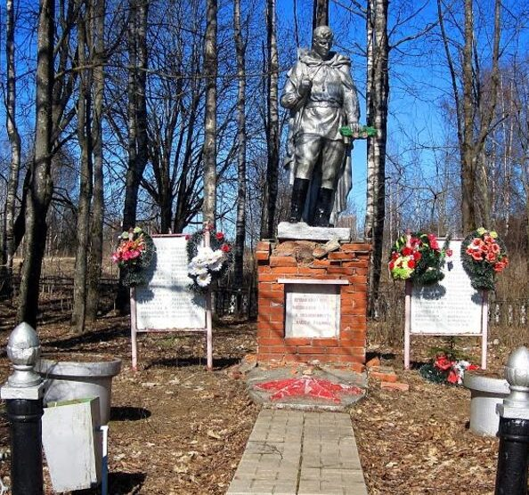 д. Никитино Оленинского округа. Памятник, установленный на братской могиле, в которой похоронено 219 советских воинов.