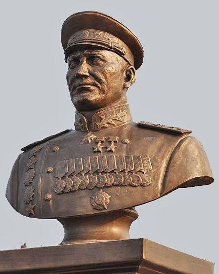 д. Поддубки Калининского р-на. Бюст маршала, дважды Героя Советского Союза И.С. Конева, открытый в 2017 году у трассы М-10.