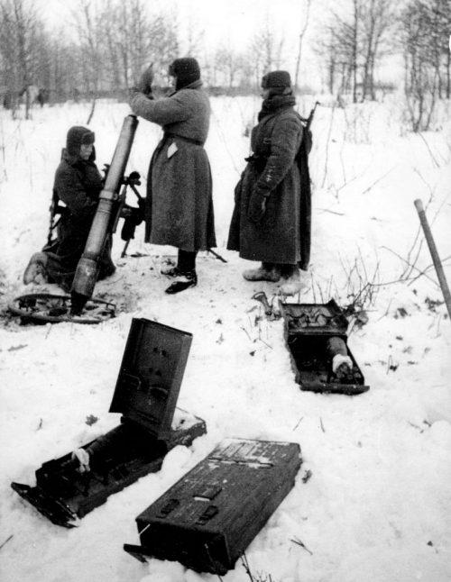 Расчёт 107-мм полкового горно-вьючного миномёта образца 1938 года во время битвы за Москву. 1942 г.