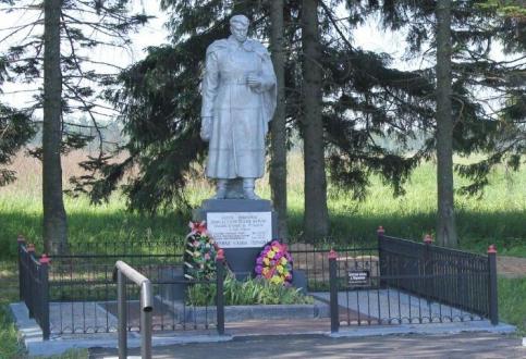 д. Миронежье Торжокского р-на. Памятник, установленный на братской могиле советских воинов.
