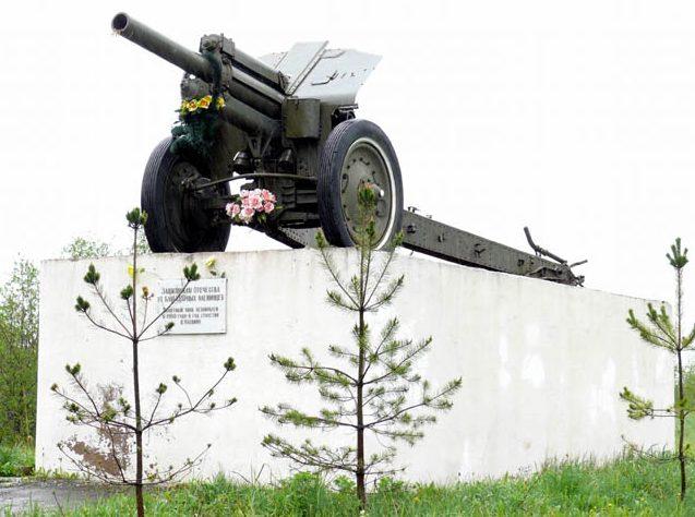 п. Оленино. Памятный знак защитникам Отечества, установленный в 1998 году.