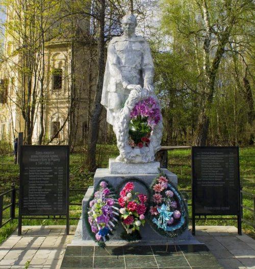 д. Млевичи Торжокского р-на. Памятник, установленный на братской могиле советских воинов.