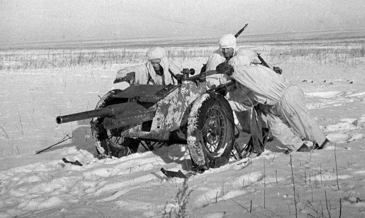 Расчет на лыжах перемещает 45-мм противотанковую пушку 53-К на новую огневую позицию. Воронежский фронт, январь 1943 г.