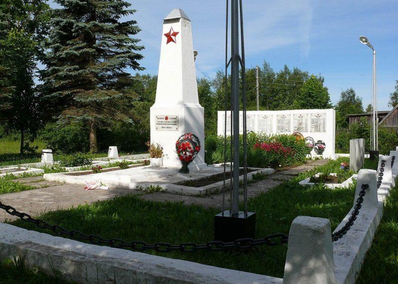 п. Оленино. Памятник советским воинам на кладбище.