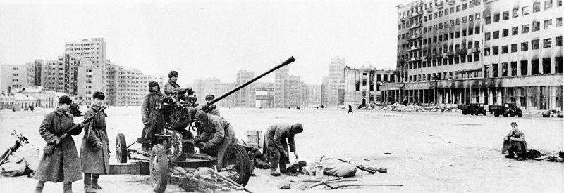 Расчет 37-мм автоматической зенитной пушки образца 1939 года (61-К) на площади Дзержинского в Харькове. Февраль 1943 г.