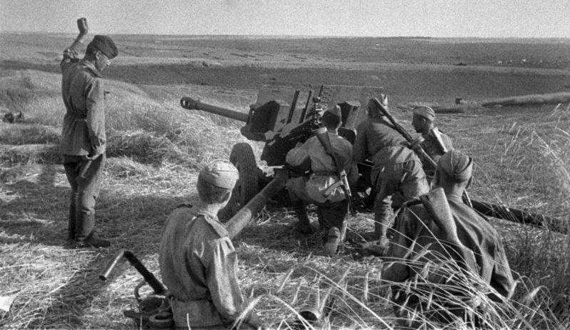 Расчет 76,2-мм дивизионной пушки ЗиС-3 на Курской дуге. Август 1943 г.