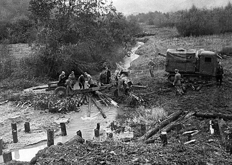 Переправа 122-мм гаубицы М-30 через речку Строгань в Смоленской области. Сентябрь 1943 г.