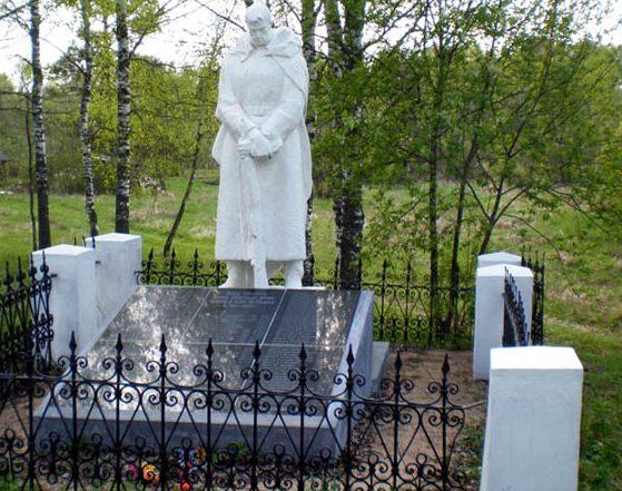 д. Переслегино Торжокского р-на. Памятник, установленный на братской могиле советских воинов.