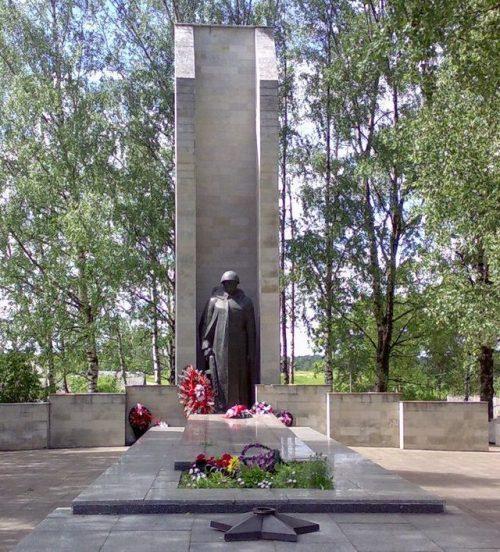 д. Холмец Оленинского округа. Мемориал, установленный на братской могиле, в которой похоронено 782 воина 158-й стрелковой дивизии, погибших в боях 1941-1943 гг.