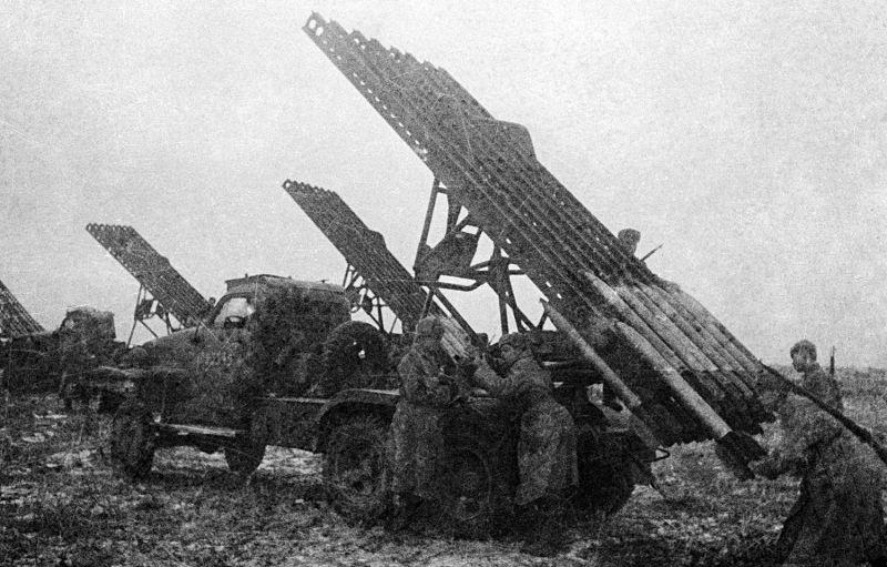 Красноармейцы заряжают гвардейский реактивный миномет БМ-13 «Катюша». Сентябрь 1943 г.