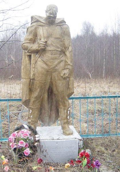 д. Шарки Оленинского округа. Братская могила советских воинов.