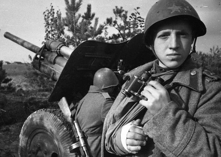 Артиллеристы у 76-мм дивизионной пушки образца 1939 года (Ф-22-УСВ). Калининский фронт, октябрь 1943 г.