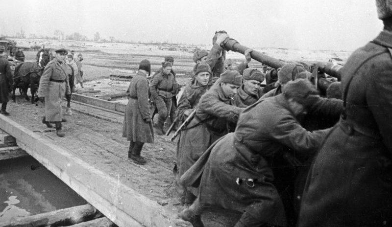 Переправа 76-мм орудия ЗиС-3 по мосту через Днепр. Октябрь 1943 г.
