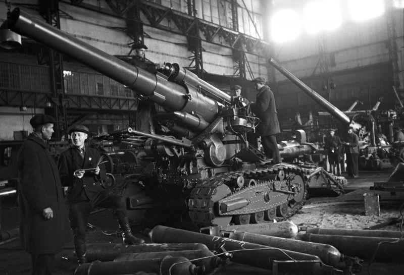 Ремонт орудий Б-4 в цехах эвакуированного ленинградского завода «Большевик». Ноябрь 1943 г.