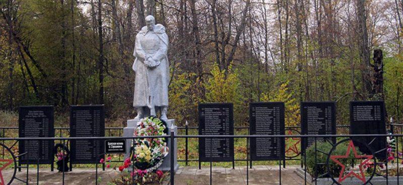 с. Страшевичи Торжокского р-на. Памятник, установленный на братской могиле, в которой похоронено 142 советских воинов, в т.ч. 81 неизвестный.