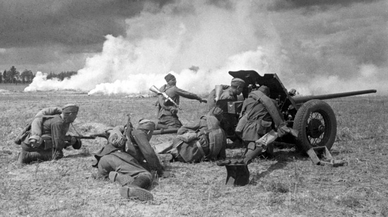 «Длинноносая» 45-мм противотанковая пушка образца 1942 года (М-42). 1943 г.