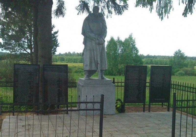 д. Стружня Торжокского р-на. Памятник, установленный на братской могиле советских воинов.