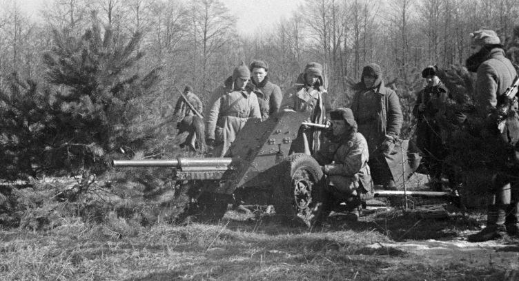 Партизаны соединения Сидора Ковпака у 45-мм противотанковой пушки 53-К. 1943 г.