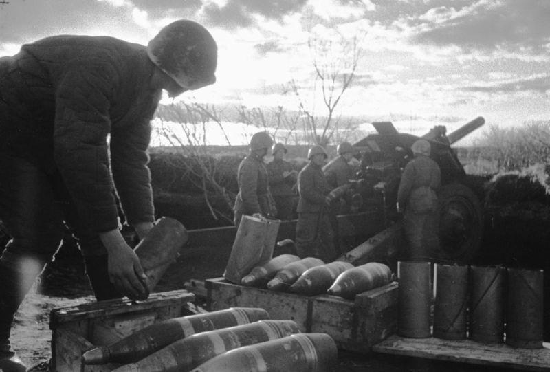 Расчет 122-мм гаубицы М-30 готовит орудие к бою. 1943 г.