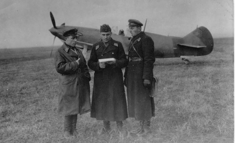 Пилоты 270-го истребительного авиаполка у истребителя ЛаГГ-3. Крымский фронт. 1942 г.