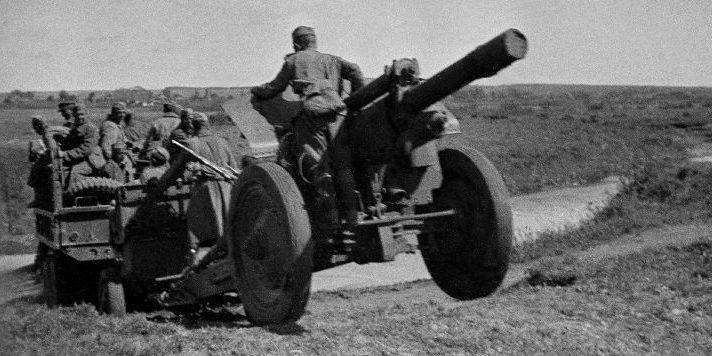 Переправа 122-мм гаубицы образца 1938 года М-30 через реку. Воронежского фронта, 1943 г.