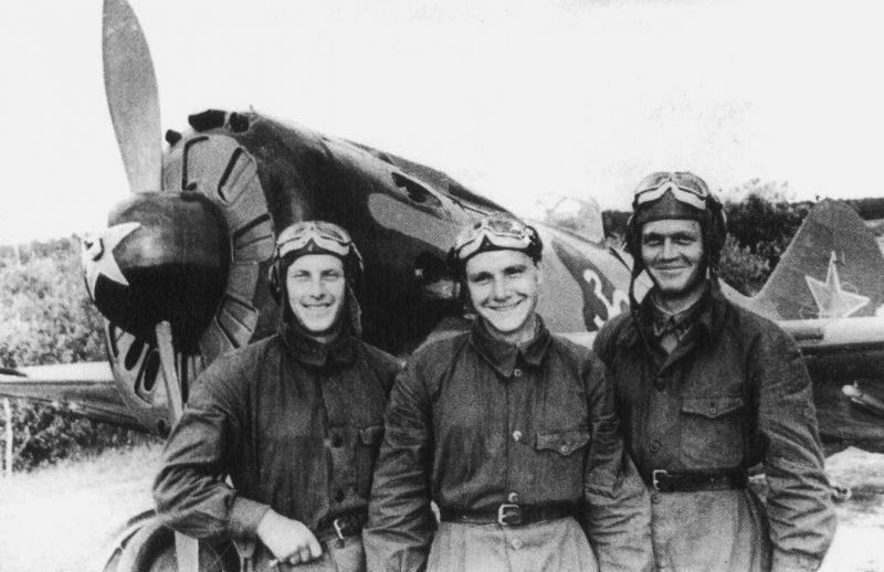Летчики-сержанты С. Слесарчук, С. Гозин и А. Перевера из 34-го истребительного авиаполка ПВО Москвы у истребителя И-16. 1942 г.