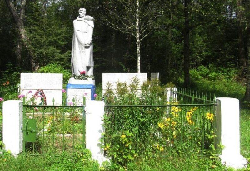 д. Волок Торопецкого р-на. Памятник, установленный на братской могиле советских воинов.