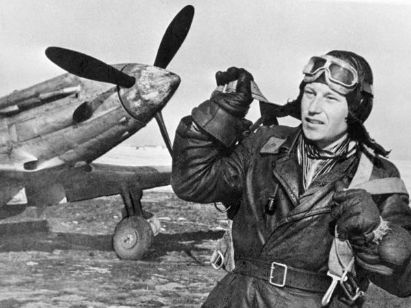 Будущий трижды Герой Советского Союза Александр Покрышкин у боевого самолета. 1 октября 1942 года.
