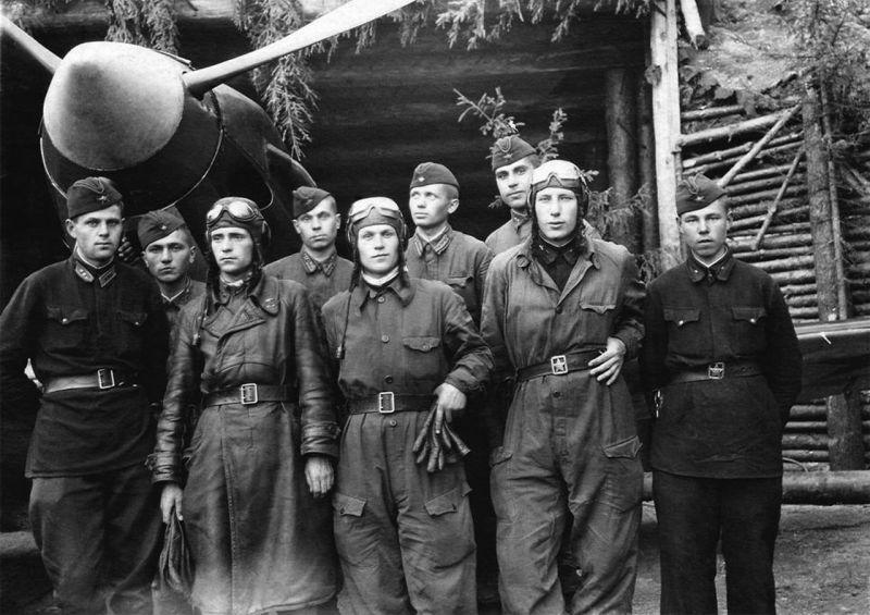 Летчики и техперсонал 102-го гвардейского истребительного авиаполка на фоне истребителя МиГ-3. Левашово, Ленинград. 1942 г.
