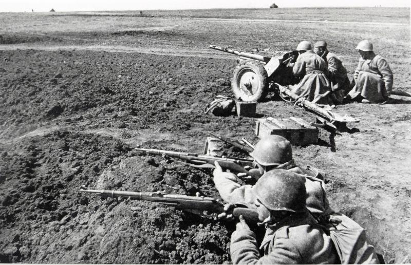 Расчет 45-мм противотанковой пушки образца 1937 года (К-53) на позиции в поле. 1943 г.