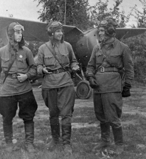 Советские летчики-истребители из 875-го отдельного смешанного авиационного полка Западного фронта на аэродроме у истребителя И-153 «Чайка». 1942 г.