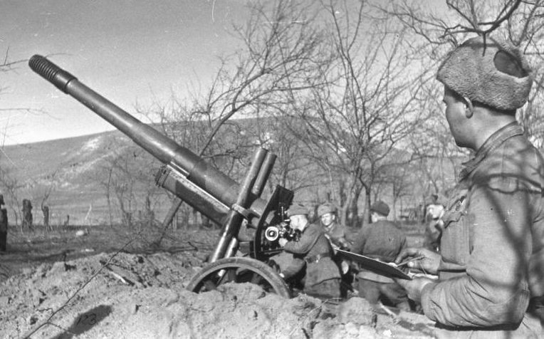 152-мм гаубица-пушка образца 1937 года (МЛ-20) на позиции под Новороссийском. 1943 г.