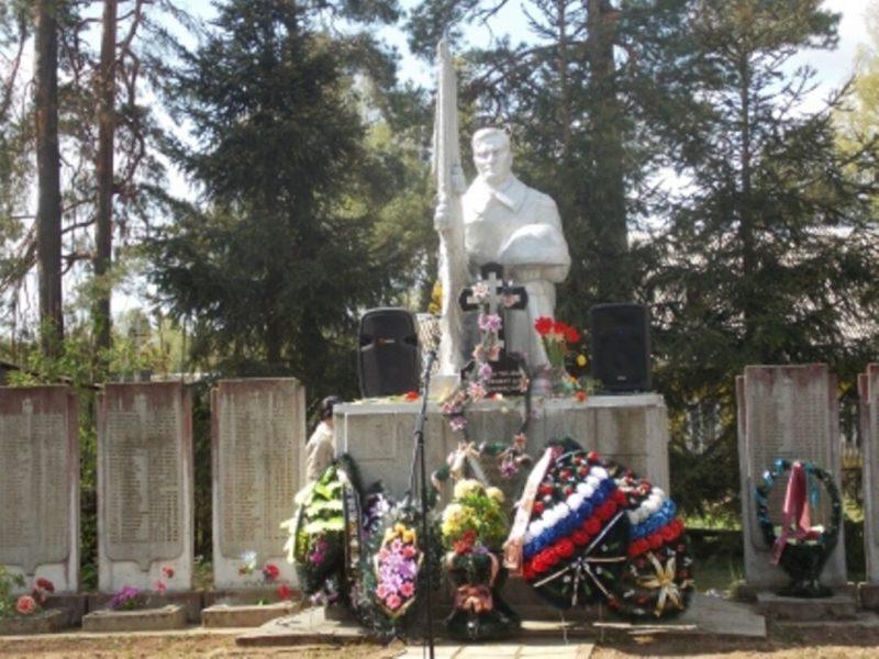д. Плоскошь Торопецкого р-на. Памятник, установленный на братской могиле советских воинов.