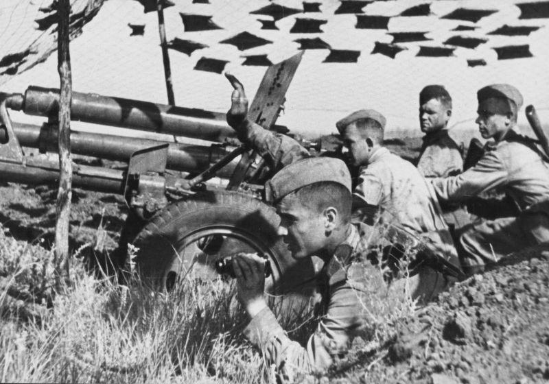 Расчет 76,2-мм дивизионной пушки ЗиС-3 на замаскированной позиции. 1943 г.