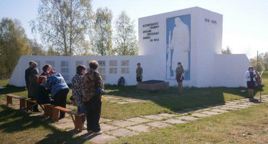 д. Подгороднее Торопецкого р-на. Мемориал погибшим односельчанам.
