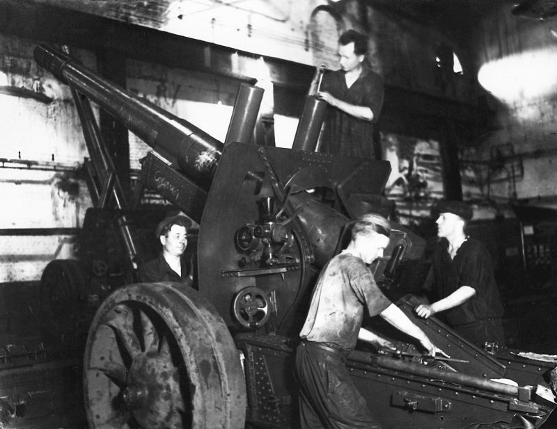 Сборка 152-мм гаубиц МЛ-20 на заводе в Молотове. 1943 г.
