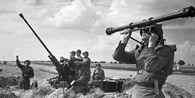37-мм автоматическая зенитная пушка 61-К и дальномер под Курском. 1943 г.