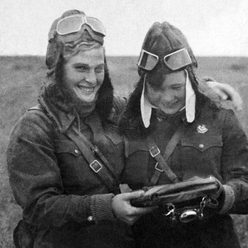 Летчицы В. Тихомирова и М. Смирнова. 1942 г.